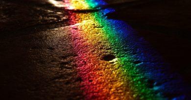 Arco iris sobre cuerpo de piedra