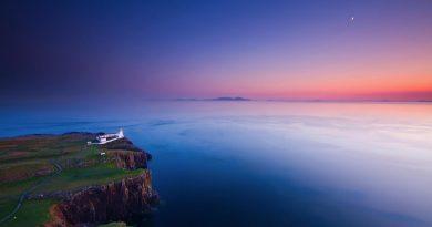 Faro en acantilado sobre el mar del ocaso