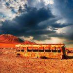 Autobús abandonado en desierto