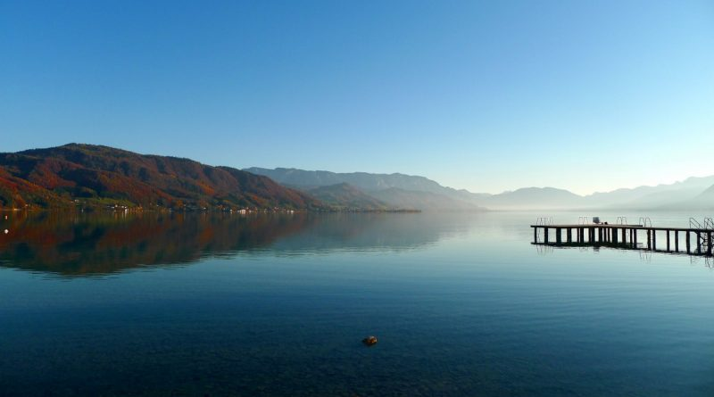 Lago de otoño al atardecer