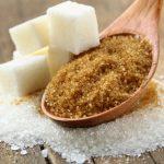 Cucharada de azúcar moreno y terrones de azúcar blanca