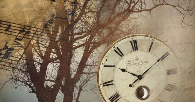 Collage: Partitura, , árbol desnudo y reloj