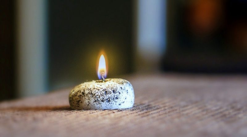 A la luz de las candelas (Fuente: Pixabay.com, autor: Josep Monter)