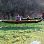 Descanso en canoas sobre aguas cristalinas