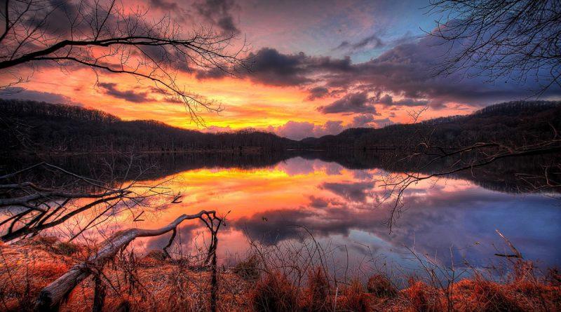 Reflejos sobre el lago, al atardecer