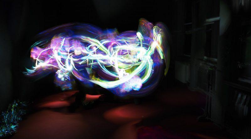 trazos de color en movimiento