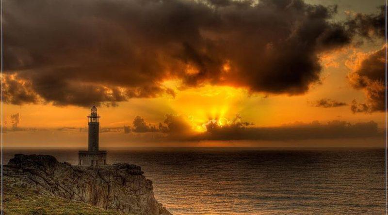 faro contemplando el ocaso... o tal vez el amanecer...