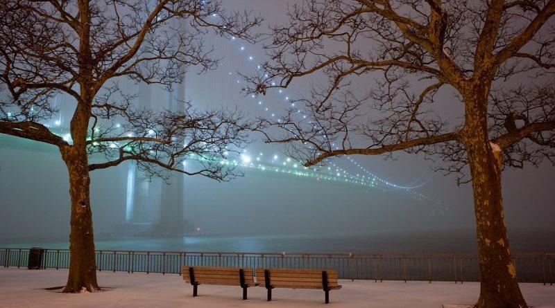 Contemplando el puente colgante iluminado bajo la niebla