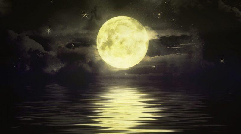 Luna llena gigante, sobre el horizonte del mar