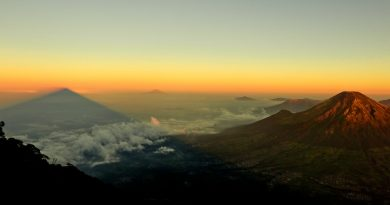 horizonte por encima de nubes y montañas, al alba