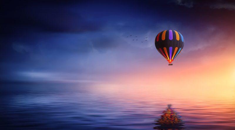 Globo sobre el mar de luz nebulosa