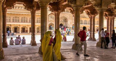 Gente bajo los soportales (Jaipur, India)