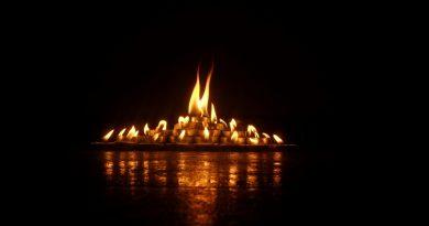 Isla de velas encendidas en la noche
