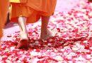 Monje budista caminando descalzo sobre pétalos de rosa 458491 (Fuente: pixabay.com - Honey Kochphon Onshawee)