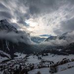 El gran valle nevado entre montañas entre luces y sombras