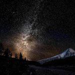 noche de cielo estrellado y montaña nevada (fuente: gde-fon.com)
