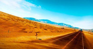 Carretera que atraviesa desierto paisaje