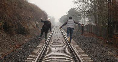 Fuente: pixabay.com/es/personas-v%C3%ADas-del-tren-ferrocarril-690451/