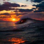 Sol en el horizonte entre las olas del mar