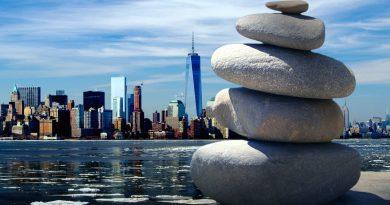 Cantos rodados apilados frente a NY