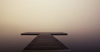 Embarcadero en la niebla (Fuente: Pier Wooden Lake - SplitShire en PixaBay.com)