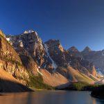 Montañas rocosas sobre el río