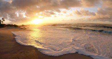 Vaivén de las olas sobre la playa, al atardecer