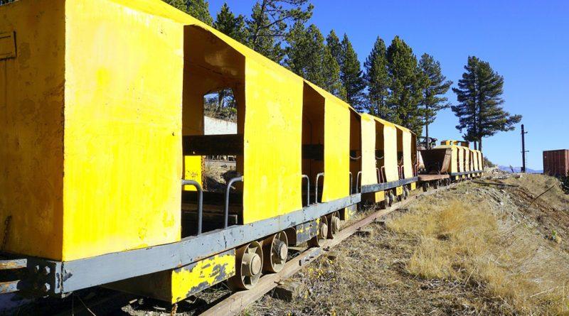 Vagones de transporte amarillos