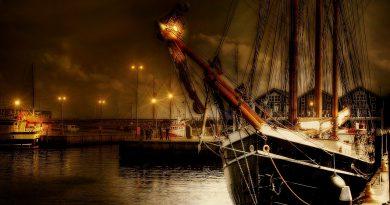 Velero atracado en puerto