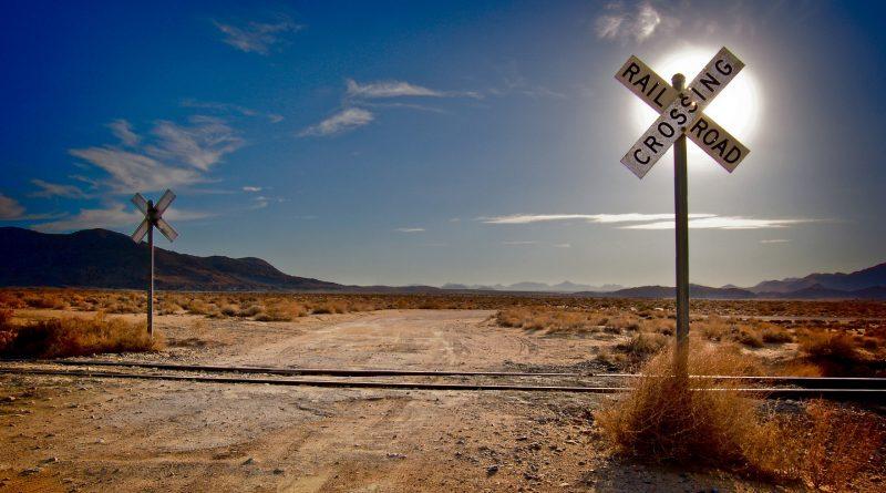 Paso sin barreras en vías de tren por el desierto
