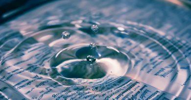 Onda generada por gotas de agua; en el fondo del agua se ven letras distorsionadas de un libro abierto (Fuente: Pixabay.com - Janeke88)